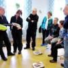 Stig demonstrerar den nya hjärtstartaren på Karlsnäsgården